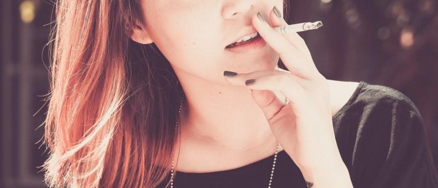 喫煙所でタバコばかり吸っている