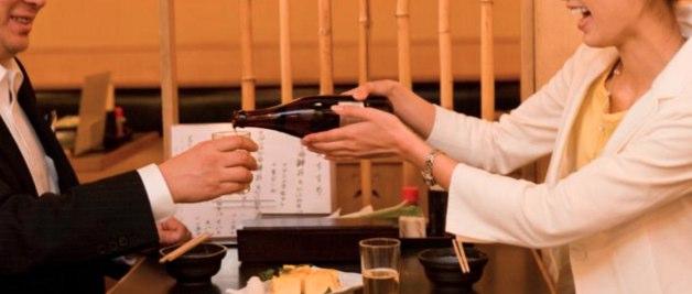 グラスが空になる前にお酒を注ぐこと