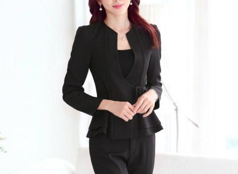 黒の細身のパンツスーツ
