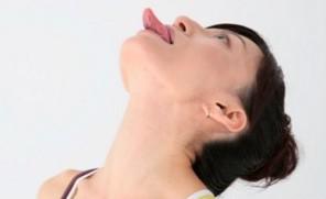 三角の舌のポーズ