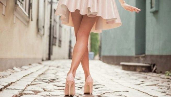 あえてスカートなどを履いて足を見せ、適度なヒールなどを履く