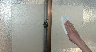 窓に防犯フィルムを貼る