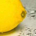 毎朝一杯のレモン水の効果!便秘とむくみを解消する方法